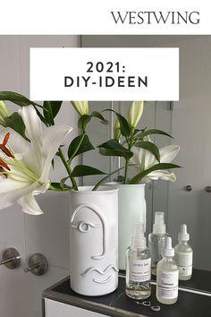 Der DIY-Trend wird sich auch in diesem Jahr fortsetzen – ob zum Verschönern des eigenen Zuhauses, zur Entspannung nach Feierabend, zur Bespaßung der Kleinen oder zum Verschenken an die Liebsten. Wir zeigen Ihnen deshalb hier die 7 schönsten Basteltrends 2021. Lassen Sie sich von unseren Ideen inspirieren und werden Sie selbst kreativ!/Westwing Interior DIY Basteln Trend 2021 twisted candles foam Spiegel Kerzen Zuhause Modelliermasse