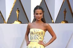 UPDATING: Stylish Arrivals on the Oscars Red Carpet