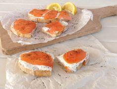 Tostas de salmón ahumado con crema de queso light y eneldo. Smoked salmon toast with cream cheese and dill.  Mezclar el queso con el eneldo y unas gotas de zumo de limón. Untar las tostas y poner el salmón encima.   #hoycomemossano #healthyeating #healthyfood #recetassanas #healthyrecipes