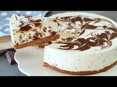 A super easy no bake cheesecake recipe with simple ingredients. This delicious no bake stracciatella cheesecake is perfect for an easy and fast dessert. Easy No Bake Cheesecake, Baked Cheesecake Recipe, Cheesecake Cupcakes, No Cook Desserts, Great Desserts, Party Desserts, Delicious Deserts, Beignets, Birthday Cakes