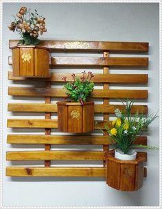 01 - suporte em madeira de eucalipto (75,0 x 73,0 cm)     03 - cachepô em madeira de eucalipto (18,1 x 13,5 cm) formato oitavado     08 - suporte galvanizado para prender cachepô e suporte     - pintura mogno ( verniz restaurador Premium)     BRINDE: 03 vasos de PVC com saída de água para as plan...