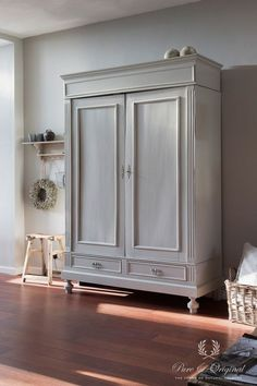 Photo gallery - Living room Classico chalk-based paint in the colour Wild Garlic, applied on the closet Upcycled Furniture, Painted Furniture, Diy Furniture, Furniture Design, Armoire Makeover, Furniture Makeover, Country Furniture, Farmhouse Furniture, Painted Closet