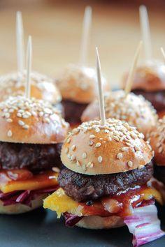 Burger Miniburger - http://kochzeilen.de/2013/06/fingerfood-fur-kartenspieler/