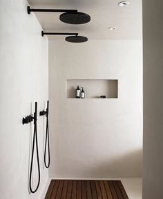 The latest in Minimalist interior design. See what perfect minimalist interior design looks like with these inspiring examples. Interior Minimalista, Minimalist Interior, Minimalist Home, Minimalist Design, Monochrome Interior, Black Interior Design, Black And White Interior, Interior Colors, Interior Plants