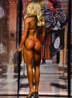 Bret Contreras. How to hit your glutes in workouts depending on whether you are a power lifter, physique, or bodybuilding for mass. Includes workout day splits for each! #glutes