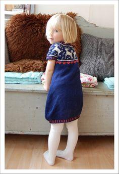 Click here for post in English  Denne kjole er skabt som en gave til kusine Lucy og hendes mor, som drømte om, at Lucy skulle have en rensd...