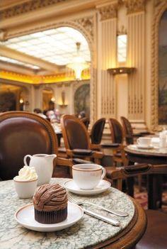 Angelina, célèbre salon de thé, rue de Rivoli: chocolat chaud et Mont blanc !