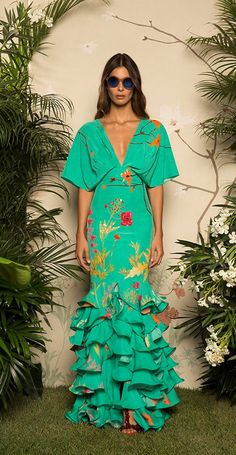 Get inspired and discover Johanna Ortiz trunkshow! Shop the latest Johanna Ortiz collection at Moda Operandi. Fashion 2017, Look Fashion, Runway Fashion, High Fashion, Fashion Outfits, Fashion Design, Elegant Dresses, Beautiful Dresses, Look Star