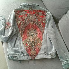 Exclusive denim jacket, boyfriend style and worn finish. Decorated with Indian hand-embroidered textiles with exclusive vintage Indian jewelry appliqués. An authentic jewel of a jacket. They can be ordered in different sizes. The textiles with which our jackets are decorated are exclusive pieces,