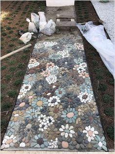 How do I create a pebble mosaic? Prepare the stones and sort them - DIY garden decoration - How do I create a pebble mosaic? Prepare the stones and sort them How do I create a pebble mosaic? Pebble Mosaic, Mosaic Diy, Mosaic Walkway, Mosaic Ideas, Rock Mosaic, Stone Mosaic, Mosaic Crafts, Mosaic Patio Table, Mosaic Rocks