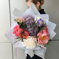Un buchet colorat- exact ce-ti trebuie astazi! 🤗 Floral Design, Floral Wreath, Bouquet, Wreaths, Bride, Garden, Flowers, Home Decor, Wedding Bride