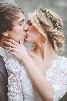 Semirecogido con diadema floral - Ideas que inspiran para peinados de novia en estilo boho chic. Un peinado que encuentra en los adornos florales el mejor complemento.