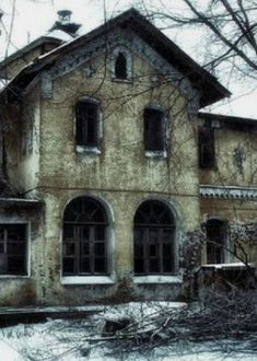 Old Abandoned Buildings, Abandoned Property, Abandoned Asylums, Old Buildings, Abandoned Places, Abandoned Homes, Creepy Houses, Spooky House, Spooky Places