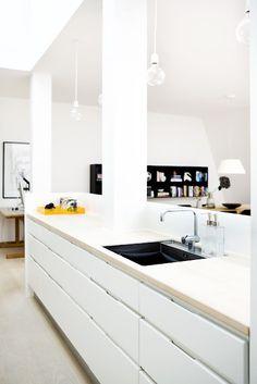 20 cm murete sobre encimera + falsas columnas para marcar espacios entre cocina y entrada/salón.