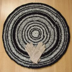 28 inch, reversible round crochet rug, black, gray, handmade, upcycled, two sides, recycled #etsy #upcycle
