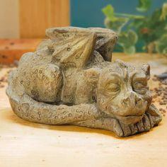 """Gartenfigur Zauberdrache """"Felix"""" - Eine außergewöhnliche Dekoration, nicht nur für Balkon und Terrasse, auch in Ihrem Blumenbeet oder auf dem Rasen oder an Ihrem Teich kommt diese Skulptur gut zur Geltung und ergänzt Ihr Zuhause auf eindrucksvolle Weise."""