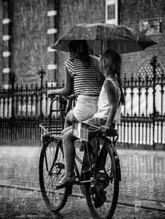Rainy day in Amsterdam by Edwin Loekemeijer: two girls on bicycle with umbrella Black N White, Black White Photos, Black And White Photography, Walking In The Rain, Singing In The Rain, Rainy Night, Rainy Days, Rainy Weather, Photo Velo