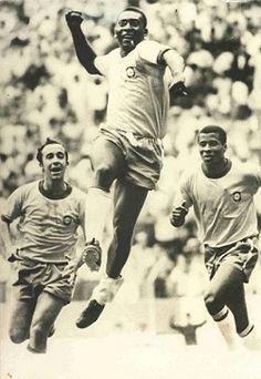Os jogadores Tostão, Pelé e Jairzinho comemorando um gol na Copa do Mundo de…