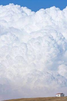 Le nuvole e la casa sulla collina
