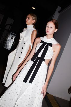 En backstage du défilé Proenza Schouler printemps-été 2016 tendance été robe blanche nœuds en velours http://www.vogue.fr/mode/inspirations/diaporama/fwpe16-proenza-schouler-backstage-du-dfil-printemps-t-2016-new-york-fashion-week/22546#en-backstage-du-dfil-proenza-schouler-printemps-t-2016