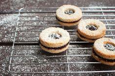 Jako jeden z prvních vánočních receptů jsme měli na Živé kultuře recept na linecké cukroví. Hodně lidí nás ale kontaktovalo, že se jim nedaří ho upéct. Rozhodla jsem se ho tedy trochu vylepšit, aby se peklo lépe.  Pokud už jste někdy pekli z kokosové mouky, tak víte, že to není jednoduché pečení. Udělat z kokosové mouky těsto, ze kterého by se dalovykrajovat cukroví je o to náročnější.Tento recept se mi podařilo dopilovat a s těstem se pracovalo o mnoho lépe, než s tím původním. Vykrajován... Eat Me Drink Me, Paleo Baking, Gaps Diet, Doughnut, Christmas Time, Cheesecake, Low Carb, Gluten Free, Vegan