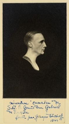 A fotografia do busto pintura camaïeu do Príncipe Gabriel Constantinovich (Gavriil Konstantinovich) por Georges Liedinoff. Príncipe Gabriel é mostrado de perfil virado para a direita. Em 1943.