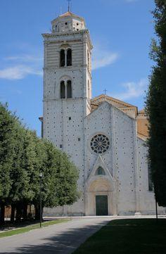 Fermo, Santa Maria Assunta . La sua mole maestosa si eleva sul margine orientale del Girfalco, dove fu edificata in un'area che presenta un'interessante stratificazione di resti architettonici risalenti all'epoca romana e all'Alto Medioevo. Distrutta nel 1176 da Cristiano di Magonza, per ordine del Barbarossa, la cattedrale veniva ricostruita da Giorgio da Como nel 1227; dell'elegante struttura gotica rimangono oggi soltanto il prospetto e la torre campanaria.