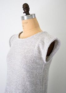 Making your own clothing can be a daunting process, but there's no need to fear with this Summer Stockinette Stitch Sweater from Purl Bee. You'll love how adorable you look in this classic draping top. Because it is made with such a basic stitch, thi Sweater Knitting Patterns, Knitting Yarn, Knit Patterns, Free Knitting, Simple Knitting, Knit Sweaters, Stitch Patterns, How To Purl Knit, Knit Purl
