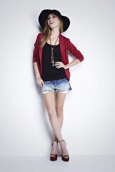 O blazer bordô Joinville é uma excelente opção para produzir looks arrumados porém descolados. Peça estilosa e casual que faz toda a diferença no guarda-roupa feminino. http://www.mybasic.com.br/blazerjoinvillebordo