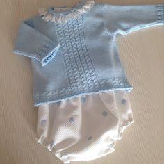Conjunto de primera puesta. Los jerseys a juego con las braguitas son básicos en el armario de verano de bebés y recién nacidos. Además, las dos piezas pueden combinarse con otras prendas, como nuestros faldones de cintura, braguitas, ranitas, camisas...