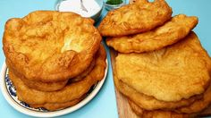 Langosi simpli serviti cu branza si smantana Romanian Food, International Recipes, I Foods, Bakery, Deserts, Good Food, Dessert Recipes, Food And Drink, Noodles