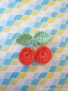 C = Free crochet cherry pattern. Add cherries to clothing, cards. thanks so xox Crochet Fruit, Crochet Food, Love Crochet, Diy Crochet, Crochet Crafts, Yarn Crafts, Crochet Flowers, Crochet Projects, Decor Crafts