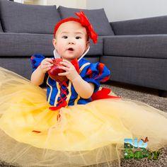Siempre es buen momento para hacerle un disfraz tan lindo a tu bebé; sobre todo si es un clásico como Blancanieves.