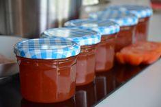 Tomatenjam zou u nog eens kunnen verrassen. Het is heerlijk!Dit tomatenjam recept is gemaakt voor 5 jampotjes van 240 ml. Ik ontvel tomaten nooit. Heb je een kwalitatieve blender dan is dat ook zeker niet nodig. In het vel van tomaten zitten zoveel goede eigenschappen!