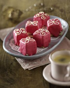 Unser beliebtes Rezept für Rosa Petit Fours und mehr als 55.000 weitere kostenlose Rezepte auf LECKER.de.