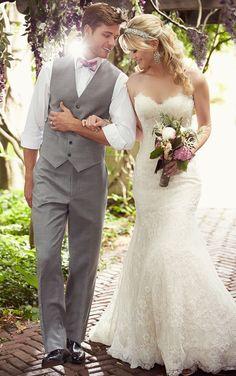 Dieses Hochzeitskleid in veränderter A-Linie aus Spitze über üppigem Satin besticht durch ein herzförmiges Dekolleté mit gewellter Spitze, die sich auch am Saum findet. Exklusive Hochzeitskleider von Essense of Australia. #Hochzeitskleider