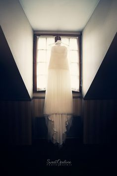 Dress wedding, dark wedding, mysterious light, pyramid, geometry. Sweetopaline photographie