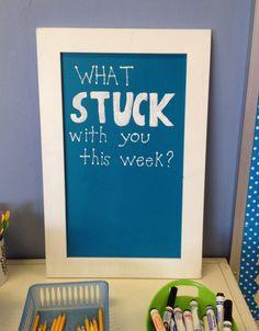 Ce signe quil Stuck With You est un excellent ajout pour votre salle de classe. Étudiants peuvent écrire ce quils ont appris tout au long de la semaine sur une note de post-it et le coller au Conseil dadministration. Cela peut être une activité idéale à ralentir à la fin de la journée sur un vendredi après-midi.    Jai personnellement utilisé cela dans ma propre classe et les élèves adorent ce Conseil. Ils aiment me montrant ce quils ont appris, et il est utile de le contester et…