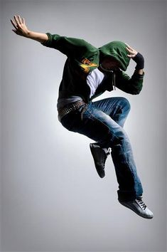 Break dancing poses can give energy to any portrait photos. These poses are great for showing the models physical appearance and the clothes they wear. Here are some examples of break dancing poses used in … 21 Professional Break Dancing Photos Read Parkour, Action Pose Reference, Action Poses, Photoshop, Body Painting, Dance Positions, Dance Jumps, Baile Hip Hop, Urban Outfit
