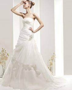 Cada vestido de la colección Rosa Clara wedding dresses queda fabuloso con accesorios tales como diademas, tiaras, guantes de chantilly, velos y apliques en el cabello. Zaharina Trajes de novia Rosa Clará de la línea Two Promotion