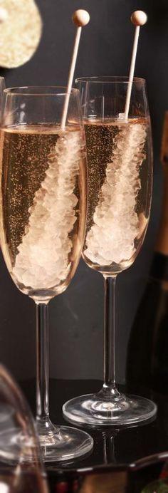 Nova tendência das festas descoladas é colocar um bastão de açúcar, muito comum para adoçar chás, nas tacinhas de espumante. E aí, o que achou?