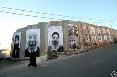"""Mise en place en 2008, """"Face 2 Face"""" est décrite par l'artiste comme « la plus grande expo photo illégale jamais créée ». JR et Marco affichent d'immenses portraits d'israéliens et de palestiniens face à face dans huit villes palestiniennes et israéliennes et de part et d'autre de la barrière de sécurité."""