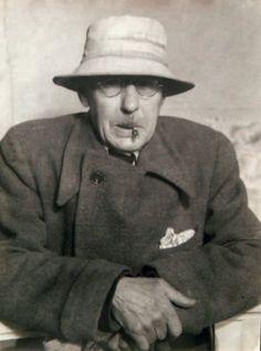 Pierre Bonnard dans son atelier, c. 1940. Par Georgette Chadourne, tirage argentique d'époque.
