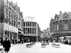 Heuvel uit 1964, met Heuvelstraat. Links de Hollandse Eenheidsprijzen Maatschappij Amsterdam (HEMA) en op de hoek met de Juliana van Solbergstraat de kledingzaak van Van den Brekel. Op de andere hoek een filiaal van kruideniersconcern De Gruyter, dat ook aan het einde van de Heuvelstraat nog een vestiging had.