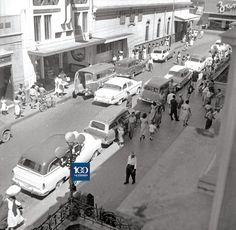De nuestros archivos: Así se veía, el 17 de febrero de 1965, el paso de peatones y vehículos en la 1.ª avenida sur, entre la calle Rubén Darío y la 4.ª calle poniente, a un costado del Palacio Nacional, en San Salvador.
