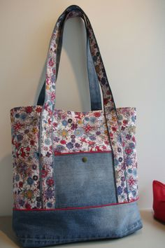 Denim Handbag Tote bag with rBolsas Jeans y floralCoisas de Casa e Tal.inspiration for all that denim fabric I have Patchwork Bags, Quilted Bag, Patchwork Fabric, Denim Fabric, Denim Handbags, Tote Handbags, Bag Quilt, Sacs Tote Bags, Diy Sac
