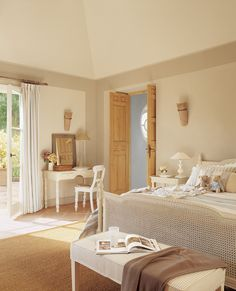00161247. Dormitorio infantil en tonos claros con una gran cama y un escritorio en blanco junto a la pared_00161247