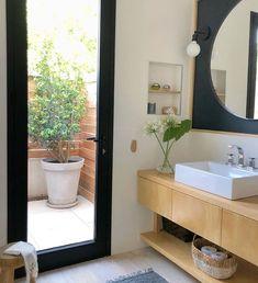 Floriipic (@floriipic) • Fotos y vídeos de Instagram Bathroom Lighting, Instagram, Mirror, Furniture, Home Decor, Bathroom Light Fittings, Bathroom Vanity Lighting, Decoration Home, Room Decor