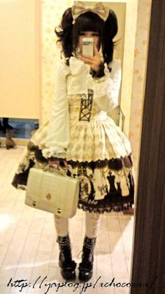 I'm typically more into Sweet Lolita, but this Gothic Lolita look is pretty cute! :3