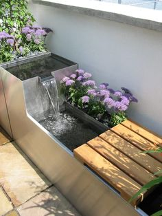 Rooftops modern balcony, veranda & terrace from the founder modern Indoor Water Features, Water Features In The Garden, Fish Pond Gardens, Back Gardens, Small Backyard Landscaping, Ponds Backyard, Landscaping Ideas, Outdoor Fish Ponds, Design Fonte